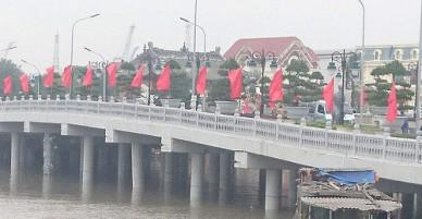 Cầu vượt sông 80 tỷ đồng bị đâm hư hỏng 1 trụ