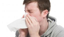 Vỡ cổ họng, thủng màng nhĩ vì cố nhịn hắt hơi