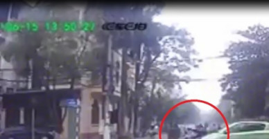 Clip: Nữ sinh vượt đèn đỏ bị ô tô tông văng giữa ngã tư