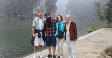 Đạo diễn phim Kong đưa gia đình thăm Việt Nam