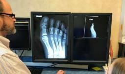 Con than đau chân, cứ nghĩ con làm quá cho đến khi xem phim x-quang, mẹ hoảng sợ và thấy tội lỗi