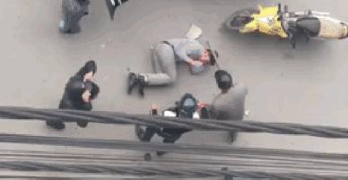 Clip xôn xao: Thanh niên ôm mặt khóc, xin tha khi bị nhóm người cầm gậy gộc đánh giữa đường