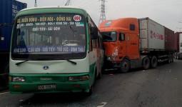 Nhiều hành khách hoảng sợ la hét vì va chạm liên hoàn giữa 5 xe, ùn ứ kéo dài trên xa lộ Hà Nội