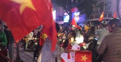 200k một lá cờ vẫn đầy người mua trong đêm U23 Việt Nam chiến thắng địa chấn trước Iraq