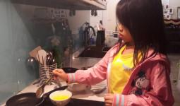 Bà mẹ Hà Nội khuyến khích con gái làm việc nhà bằng hạt lạc việc tốt