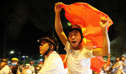 Người dân Đồng Nai cầm cup ra đường mừng đội tuyển U23 - VnExpress