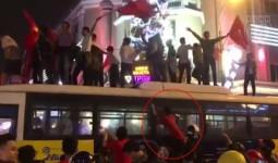 Clip: Hàng chục thanh niên trèo lên nóc xe buýt ăn mừng chiến thắng của đội tuyển U23 Việt Nam