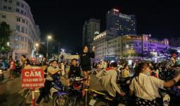 """Clip: Phố đi bộ Nguyễn Huệ suýt vỡ trận vì hàng trăm xe máy """"bão"""" đêm mừng chiến thắng U23 Việt Nam"""