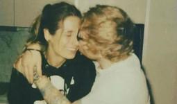Ca sĩ Ed Sheeran đính hôn với bạn gái thời trung học