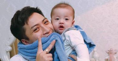 Đã tìm ra ông bố dễ thương trong clip cắn chặt khăn cổ vũ U23 Việt Nam chiến thắng vì sợ con thức
