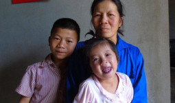 Biết tin hai con mắc bệnh hiểm nghèo, chồng bỏ đi biệt tích, còn đe dọa vợ con không được tìm về nhà nội vì sợ liên lụy