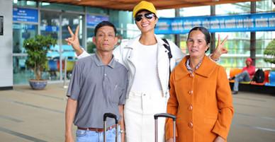 Bố mẹ cùng Hoa hậu HHen Niê vào Sài Gòn