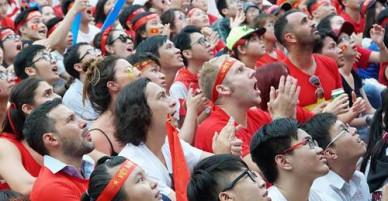 Khách Tây dán mắt xem trận đấu của U23 Việt Nam