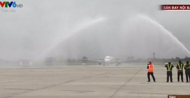 Clip: U23 Việt Nam được đón tiếp long trọng tại sân bay Nội Bài, 2 vòi rồng phun nước vào chuyên cơ chở các tuyển thủ