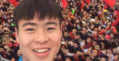 Duy Mạnh, Bùi Tiến Dũng, Đoàn Văn Hậu háo hức chụp ảnh với hàng nghìn người hâm mộ