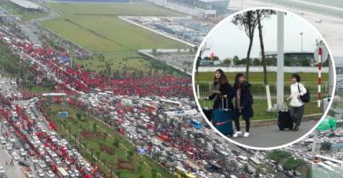 Dù sân bay Nội Bài chật kín, nhiều hành khách vẫn vui vẻ kéo vali đi bộ hơn 1km để vào nhà ga T2