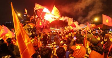 Sau lễ mừng công, hàng nghìn người ùa ra từ sân Mỹ Đình reo hò, đốt pháo sáng khiến giao thông ách tắc