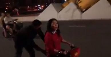 """Video: Nói là làm, Mỹ Tâm chạy """"siêu xe"""", đi bão trên cầu Rồng Đà Nẵng"""