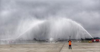 Lý do xe vòi rồng phun nước khi máy bay chở tuyển U23 hạ cánh