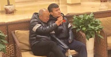 Quang Hải lần đầu chia sẻ về bức ảnh được thầy Park Hang-seo ôm cổ đầy yêu thương