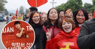 Người dân Tuyên Quang nườm nượp đổ ra đường chào đón cầu thủ Xuân Trường trở về quê hương