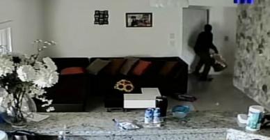 Mẹ bất lực nhìn trộm đột nhập vào nhà, con trai trốn trong tủ quần áo qua livestream
