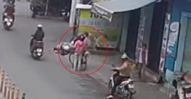 Clip: Cụ ông bị đôi nam nữ dàn cảnh móc trộm ví tiền, hớt hải chạy đuổi theo nhưng không kịp