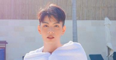 Đào Bá Lộc đăng ảnh táo bạo bên hồ bơi nhân ngày kỉ niệm 1 năm yêu nhau với bạn trai