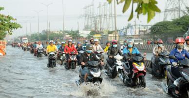 Triều cường gây ngập sâu, kẹt xe nghiêm trọng trên Quốc lộ 1A