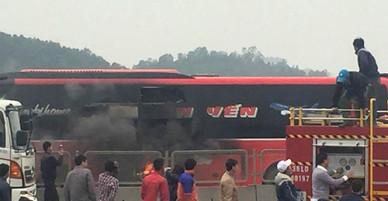 Hành khách đập cửa kính thoát khỏi xe 48 chỗ bốc cháy