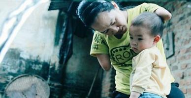 Người mẹ tật nguyền chăm con nhỏ bằng chân - VnExpress