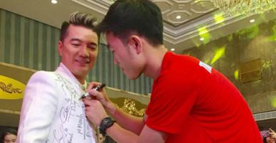 Đàm Vĩnh Hưng pose hình cùng từng cầu thủ U23, xin chữ ký đầy áo
