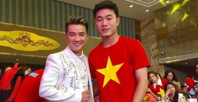 Là ông hoàng hàng hiệu nhưng chiếc áo phủ đầy chữ ký của U23 Việt Nam mới là thứ độc nhất vô nhị của Đàm Vĩnh Hưng!