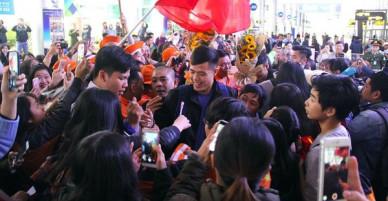 Người dân mang cờ hoa, lái xe tải đến sân bay Đà Nẵng chờ hàng giờ để đón các tuyển thủ U23 Việt Nam