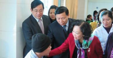 Trưởng ban Dân vận Trung ương thăm, tặng quà các bệnh nhân tại BV đa khoa Bắc Ninh