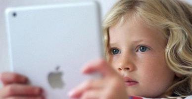 Thấy con gái 7 tuổi ngẩn ngơ rồi tắt vội màn hình iPad, mẹ rụng rời khi phát hiện con mình bị gửi tin nhắn bệnh hoạn