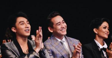"""Sơn Tùng M-TP """"nũng nịu"""" tựa đầu vào vai Hứa Vĩ Văn trong đêm trao giải WeChoice Awards 2017"""