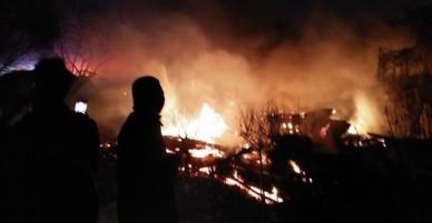 Hà Nội: Nhà xưởng bốc cháy ngùn ngụt, cảnh sát phá cửa tôn cứu người mắc kẹt
