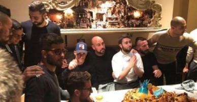 Sao Napoli rủ nhau ăn bánh 'núi lửa' trước đại chiến với Lazio