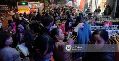 Hà Nội: Phố Chùa Bộc vỡ trận khi người dân ùn ùn đi sắm đồ sale cuối năm, 22h tối vẫn chưa ngớt người