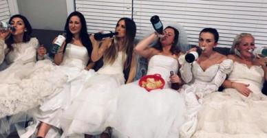 """Ngày ly hôn, người phụ nữ cùng hội bạn thân mặc váy cưới, mỗi người một chai rượu """"quậy tới bến"""""""