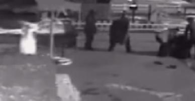 Clip: Thai phụ bất ngờ sinh con giữa phố, được người đi đường hết lòng giúp đỡ