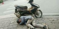 Hình ảnh xấu xí ngày cận Tết: Nam thanh niên nôn ọe, nằm vật vã bên xe máy đỗ lề đường nghi do say xỉn