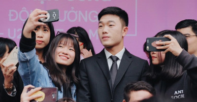 Xuân Trường đẹp trai như idol Hàn, bị fan vây kín khi tham gia sự kiện