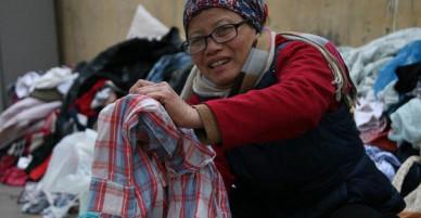 Nhiều người nghèo vui mừng khi kiếm được bộ quần áo miễn phí để diện Tết trên phố Hà Nội