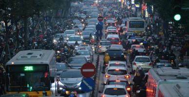 Chiều 28 Tết, một số con phố mua sắm tại Hà Nội vẫn ùn tắc kéo dài vì người dân đổ xô mua hàng giảm giá