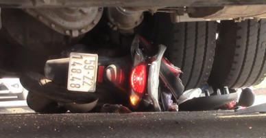 Xe đầu kéo cán nát xe máy dưới gầm cầu vượt chiều 28 Tết, 2 vợ chồng nguy kịch