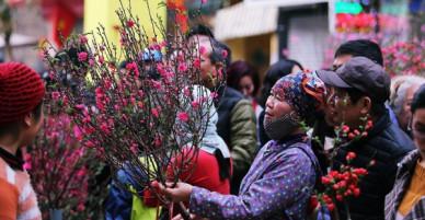 Chiều 29 Tết, người dân thủ đô đổ dồn về phố cổ để mua sắm và cảm nhận không khí Tết ngập tràn