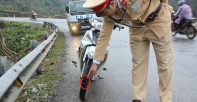 Hàng loạt ôtô, xe máy qua Nghệ An cán phải đinh