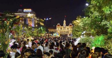 Người dân TP Hồ Chí Minh đổ về trung tâm ngắm hoa, chờ thời khắc pháo hoa Giao thừa